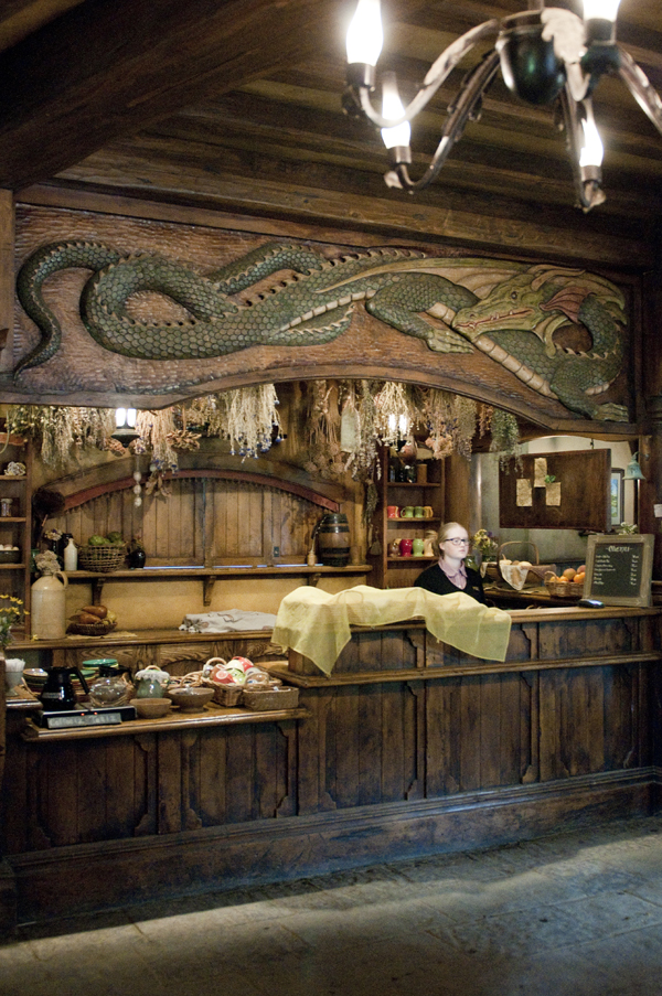 New-Zealand-Hobbiton-Green-Dragon-inside-by-Ashley-Lynn-Photography (27)